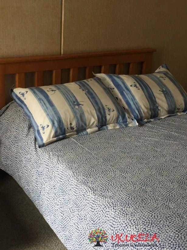 Cama doble con colchón y mesa de noche